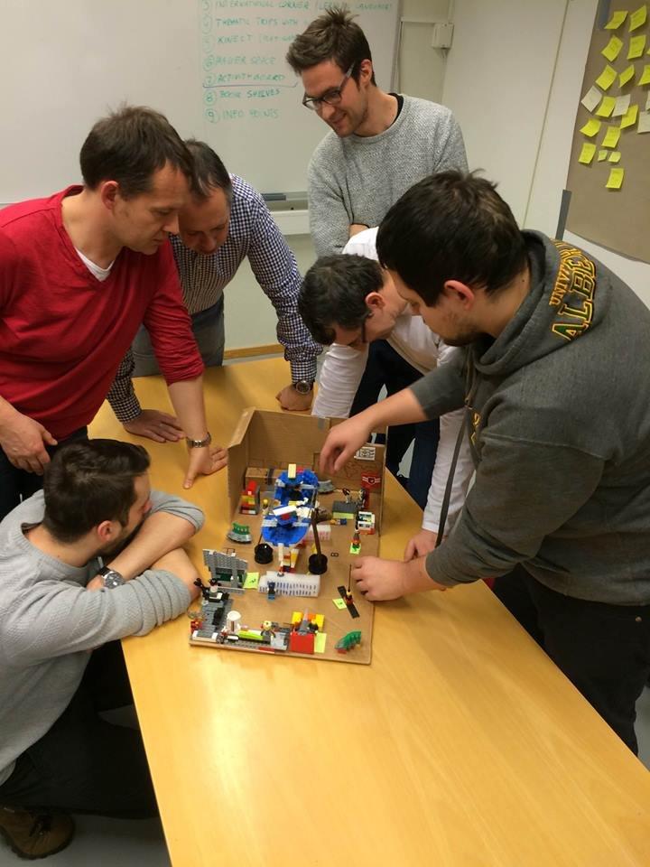 Międzynarodowa analiza prototypu wykonywany przez zespół z Polski, Hiszpanii i Norwegii. Od lewej: Filip Sieracki (SHOPA), Robert Banasiak (DT4U), Iñigo Cuiñas (Vigo), Alex Utne (DT Lab), Laurent Babout (DT4U), Krzysztof Jastrzębski (DT4U).