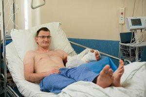 Piotr z Zamościa po udanej operacji przeszczepu dłoni.