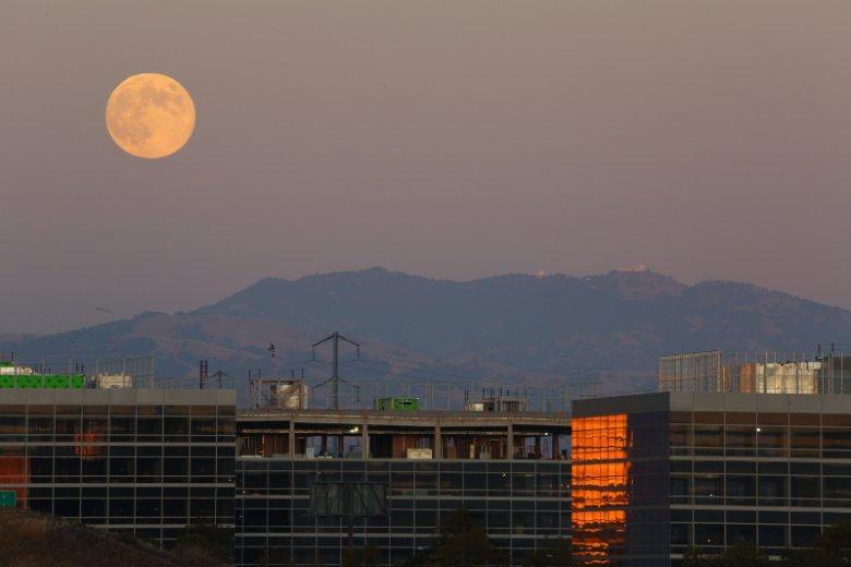 Aby odnieść sukces w Dolinie Krzemowej, często trzeba ciężko pracować nawet, jak już księżyc zajdzie.