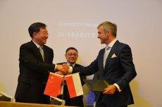Strona polska i chińska w momencie popdisywania umowy o współpracy.