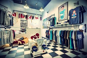 Wnętrze sklepu na Warszawskim Powiślu – od przekroczenia progu wiadome jest, że zainteresowany ma do czynienia z nietypową marką.