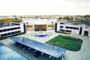 Centrum Badawcze Polskiej Akademii Nauk KEZO w Jabłonnie pod Warszawą, ładowarki solarne (na zdjęciu pod panelami) służą jako parking dla samochodów spalinowych.
