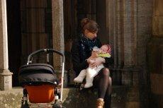 Program 500+ wypycha matki z rynku pracy.