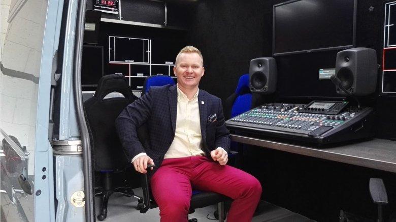 Krzysztof Mnich w wozie transmisyjnym ULTRA HD