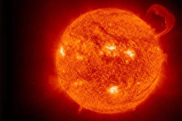 Fuzja termojądrowa, jaka zachodzi w jądrze Słońca, jest źródłem ogromnych ilości energii. Naukowcy z Instytutu Fizyki Plazmy Maxa Plancka dali radę na krótką chwilę przeprowadzić ją w warunkach kontrolowanych w specjalnym reaktorze