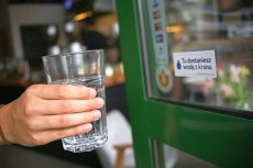 Od pewnego czasu wodę z kranu można też dostać w restauracjach i kawiarniach, na ogół za darmo