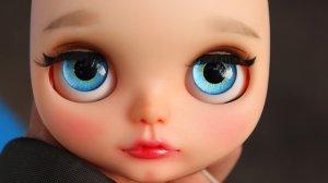 Nie tylko duże oczy, ale spójność całej osoby w oczach patrzącego, czynią ją seksualnie atrakcyjną.