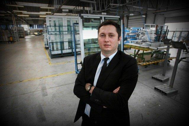Mikołaj Placek obecny prezes Oknoplastu, syn założyciela firmy, która posiada dziś blisko 2500 salonów w Polsce i na całym świecie. W kraju zatrudnia 1200 osób, a każdej z nich zapewnia umowę o pracę