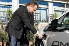 Burmistrz Zakopanego podczas prezentacji auta Opel Ampera, które było testowane przez zakopiańskich taksówkarzy.