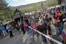 Tłum turystów u wejścia do Tatrzańskiego Parku Narodowego.