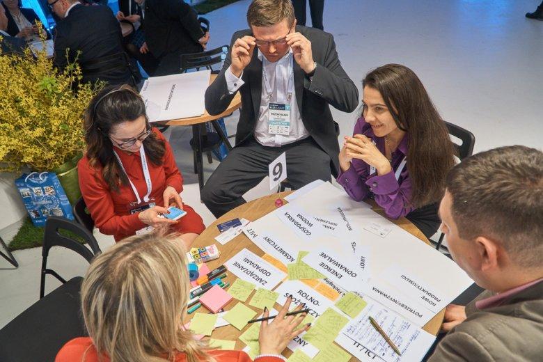 Intensywna sesja stolikowa związana z innowacjami w branży żywności.