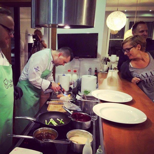 Kucharz zamówiony przez platformę Ulala Chef sam robi zakupy, przyjeżdża ze składnikami i kuchennymi narzędziami, przyrządza na naszych oczach potrawy, a potem po sobie sprząta.