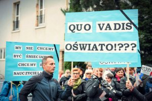 Płace w szkolnictwie stoją od lat, co coraz bardziej irytuje polskich nauczycieli