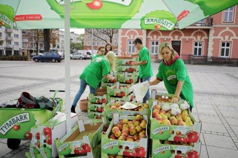 Akcja rozdawania jabłek w Częstochowie.