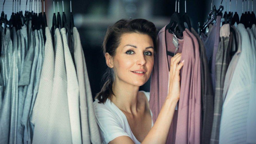 Wiola Wołczyńska, projektantka mody, pracuje w domu. Właśnie skończyła nową kolekcję Essentials