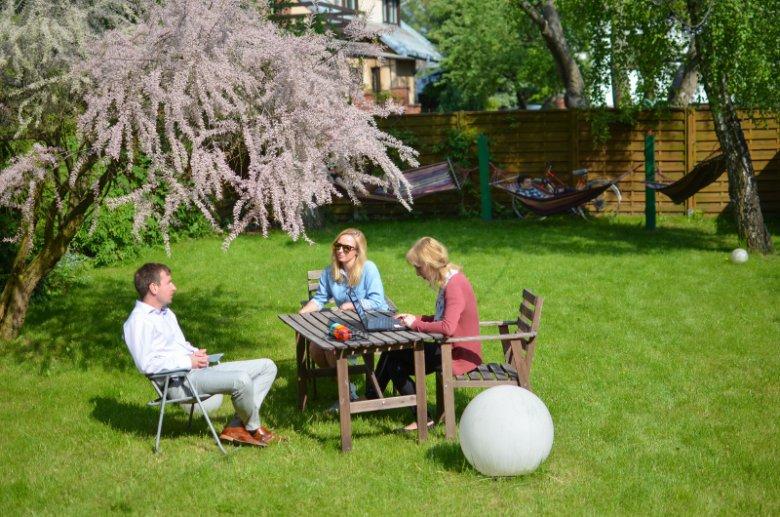 Narada zarządu firmy w ogrodzie przy siedzibie Diuny (Anna i Piotr Kolasa, Dorota Jabłońska-prokurent)