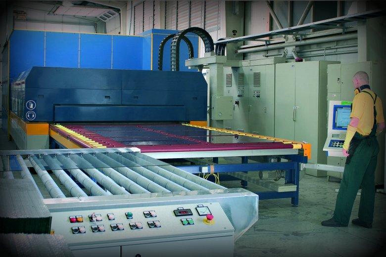 Polska jest liderem w technologii wykorzystywanej przy produkcji okien. Na zdjęciu proces hartowania szkła w fabryce Fakro