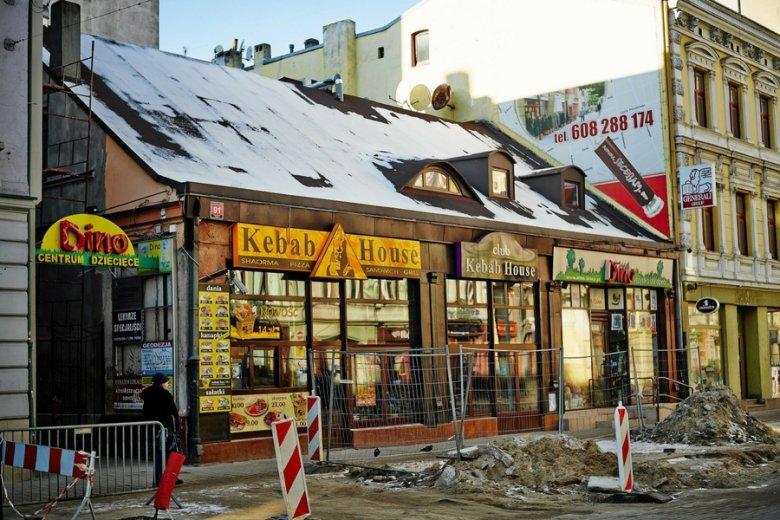 W dużych miastach markety Dino nikną wśród innych sklepów.