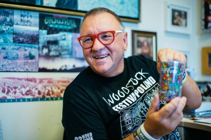 Jurek Owsiak prezentuje specjalną puszkę, którą wraz z Coca-Colą przygotowali na tegoroczny Przystanek Woodstock.
