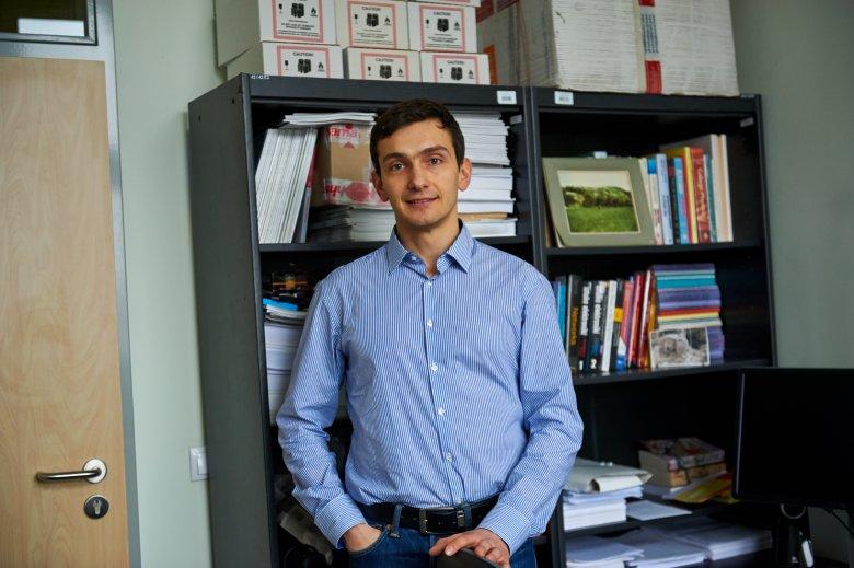 Dr Konrad Iwanicki w swoim pokoju na Uniwersytecie Warszawskim