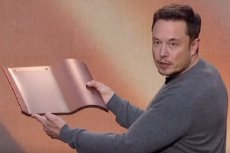 Elon Musk prezentuje solarne dachówki