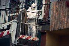 Usuwanie elementów budynku zawierających azbest w Radomiu.