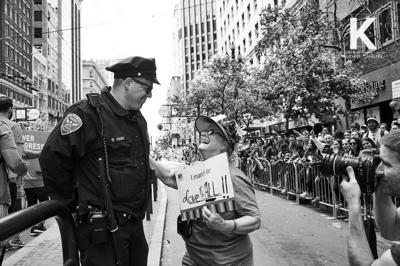 Policjant i demonstrująca