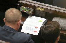 Obecny system głosowania w Sejmie wymaga obecności posła przy stanowisku w sali plenarnej