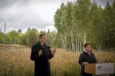 Beata Szydło i Mateusz Morawiecki podczas inauguracji programu Mieszkanie Plus na terenach przyszłego osiedla