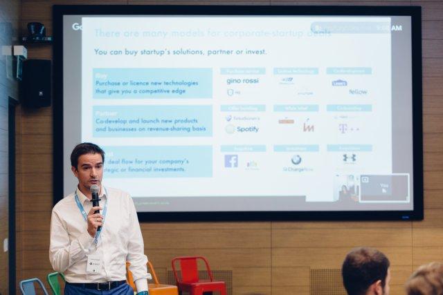 Prezentacja o modelach współpracy korporacji i startupów podczas D-RAFT Corporate Venturing Roundtable w warszawskiej siedzibie Google.