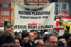 Protest w sprawie plagiatu, jakiego miał się dopuścić rektor Akademii Medycznej we Wrocławiu.