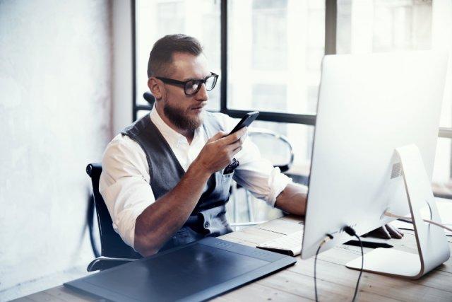 """Pod względem """"kliknięć"""" w internecie smartfony i inne urządzenia mobilne zaczynają powoli wypierać komputery stacjonarne. Jednocześnie świadczy to o rosnącej potędze internetu mobilnego na świecie."""
