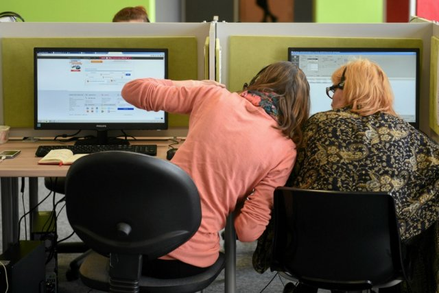"""Kontrakty """"na godzinę w miesiącu"""" dotyczą osób pracujących jako doradcy ds. obsługi klienta."""