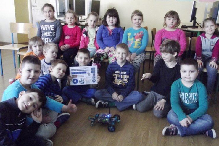 Uczniowie z klasy VIA Szkoły Podstawowej nr 1 w Koninie, którzy uczestniczyli w zajęciach z podstaw robotyki