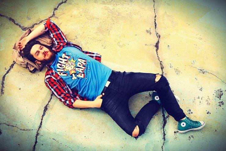 Bloger oraz model, Ekskluzywny Menel, wziął udział w kampanii reklamowej kolekcji koszulek Chrum.