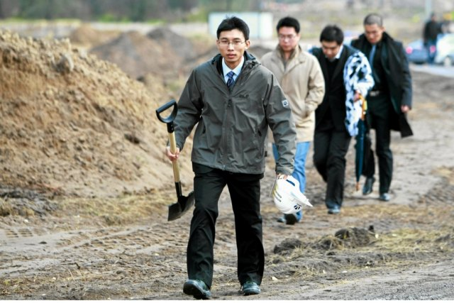Chińscy pracownicy na placu budowy autostrady A2 Łódź-Warszawa.