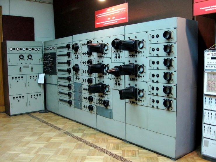 Polski Analizator Równań Różniczkowych z 1954 roku. Do budowy urządzenia wykorzystano ponad 400 lamp elektronowych. Dla porównaniu, jedna z pierwszych tego typu aparatur na świecie, amerykański komputer ENIAC krył w sobie aż 18 tysięcy lamp elektronowych.
