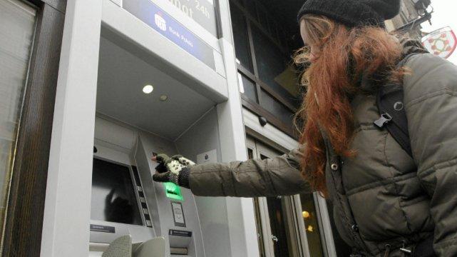 Klienci nie wyobrażają sobie za płacenie za wypłatę gotówki z bankomatu.