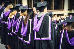 Brytyjscy studenci na ceremonii zakończenia studiów