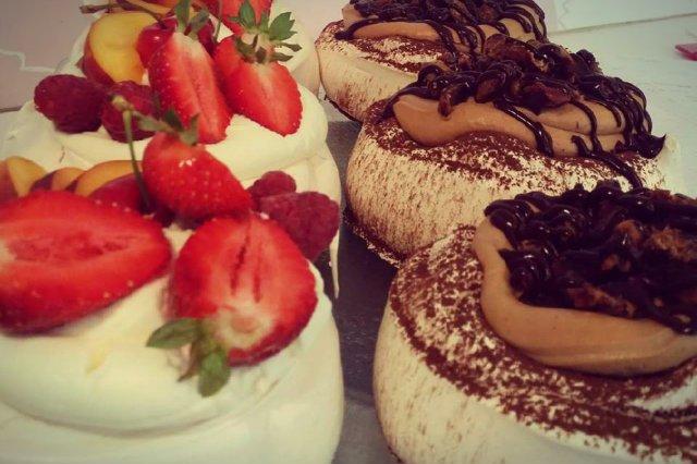 Ciastka, serniki, browni, bezy i ciasta drożdżowe bazujące na domowej recepturze – to specjały najczęściej wybierane przez klientów Qki