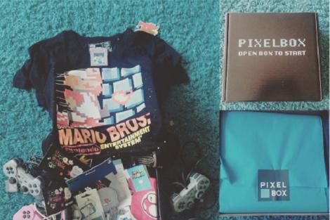 Zdjęcie Pixel Box z przedmiotami związanymi z grami retro.
