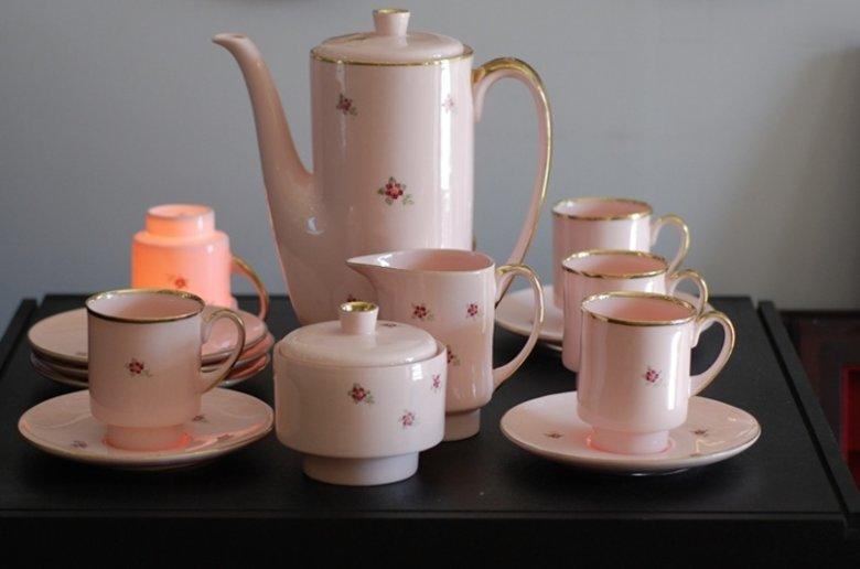 Wyroby z różowej porcelany, które powstają w zakładzie ćmielowskiej firmy, trafią na stoły całego świata. Firma pilnie strzeże receptury, które została odtworzona w oparciu o uratowane przed zaginięciem notatki inżyniera Bronisława Kryńskiego