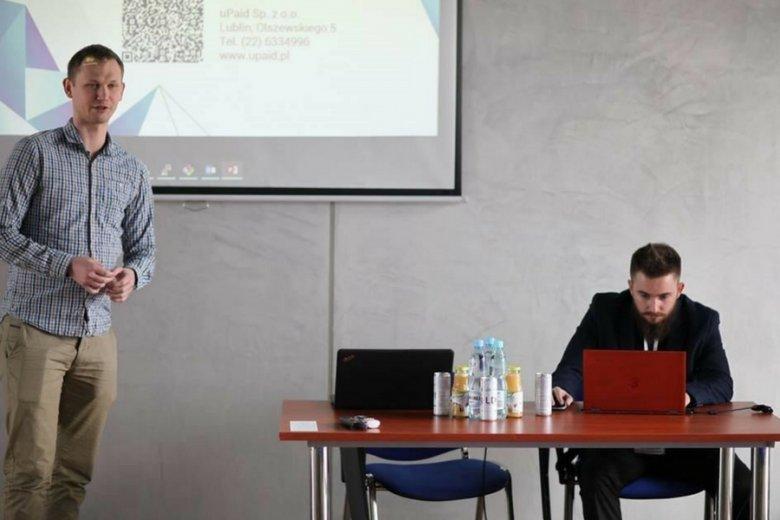 Przedstawiciele Fenige, Michał Maciąg i Damian Marzec, podczas firmowej prezentacji MoneySend.