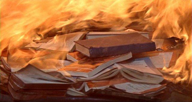 W filmie powstałym na kanwie książki autorstwa Ray'a Bradbury'ego totalitarny rząd USA wprowadza całkowity zakaz czytania książek. Nieprzypadkowo więc najnowszy kod w internecie uważany jest za kod cenzury
