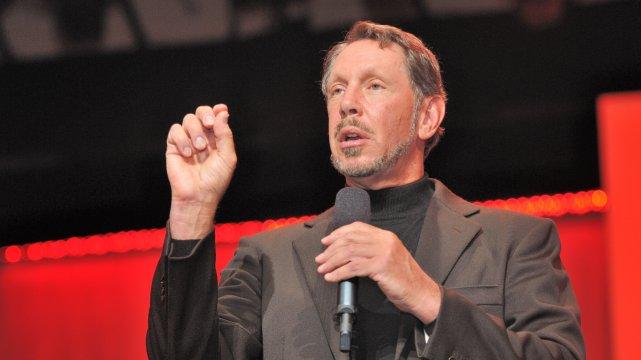 Larry Ellison w 2010 r. jako prezes Oracle pobierał pensję w kwocie 1 dolara rocznie. Jednak w ramach rekompensat w innej formie zarobił w tym samym czasie 77 mln dolarów.