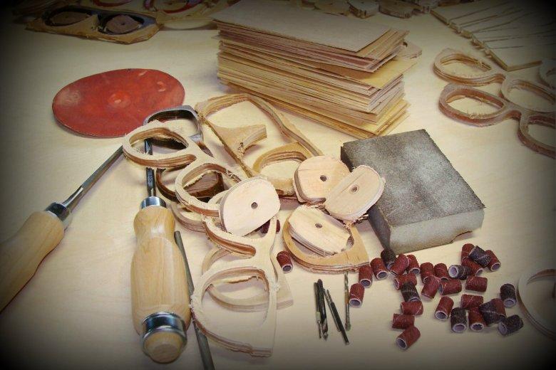 Grzegorz Komorowski od zawsze rozglądał się za tym co ciekawego można stworzyć z drewna. Ale nigdy nie przypuszczał, że zostanie producentem okularów