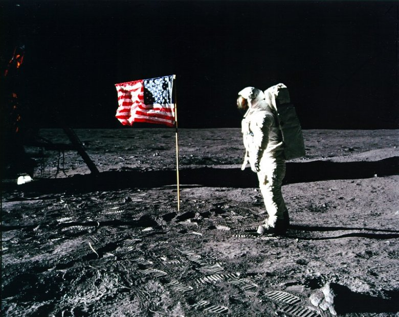 Aldrin salutuje fladze USA