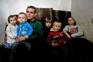 Rodzina, w której komornik próbował odebrać dzieci samotnemu ojcu.