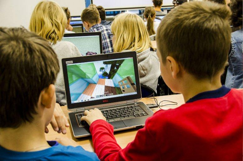 Dzieci na zajęciach programują roboty, które następnie pomagają im w budowaniu całych miast.